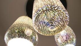 Dichte omhooggaand van de kroonluchter De ronde en vierkante lamp glanst op plafond stock footage