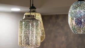 Dichte omhooggaand van de kroonluchter De ronde en vierkante lamp glanst op plafond stock video