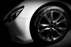 Dichte omhooggaand van de luxesportwagen van aluminiumrand en koplamp Stock Foto's