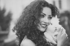 Dichte omhooggaand van de mannequinvrouw fece Gezichtsvrouw met gelukkige emotie Mooie vrouw met konijn Stock Afbeelding