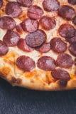 Dichte Omhooggaand van de Pizza van pepperonis Royalty-vrije Stock Afbeeldingen
