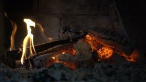Dichte omhooggaand van de schoorsteenbrand stock footage