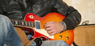 Dichte omhooggaand van de Speler van de gitaar stock fotografie