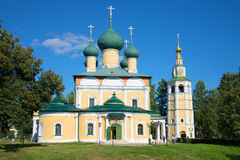 Dichte omhooggaand van de transfiguratiekathedraal in de zonnige Augustus-middag Uglich, Gouden Ring van Rusland stock foto's