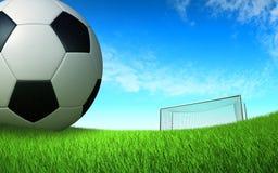 Dichte omhooggaand van de voetbalbal op het voetbalgebied voor de poort Royalty-vrije Stock Fotografie