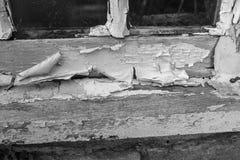 Dichte omhooggaand van een doorstane venstervensterbank met verf weg schil stock foto's