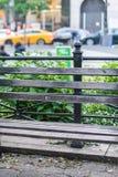 Dichte omhooggaand van een houten bank in het park stock fotografie
