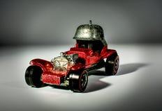Dichte omhooggaand van een levendige, rode, metaalstuk speelgoed modelauto stock afbeeldingen