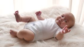 Dichte omhooggaand van het babyportret stock video