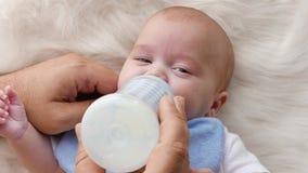 Dichte omhooggaand van het babyportret stock videobeelden