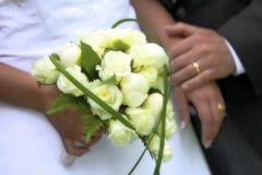 Dichte omhooggaand van het de zomerhuwelijk met bloemen stock afbeeldingen