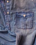 Dichte omhooggaand van het jeansoverhemd Stock Afbeelding