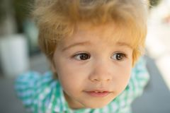 Dichte omhooggaand van het kinderenoog Kindportret Jong geitjegezicht Grappige baby Het mooie gezicht van het kinderenconcept royalty-vrije stock afbeelding