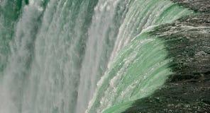 Dichte omhooggaand van het Niagara Falls Royalty-vrije Stock Afbeeldingen