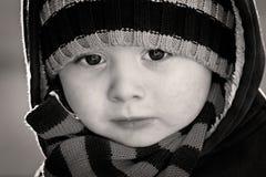 Dichte omhooggaand van het portret van jongen in zwart-wit Royalty-vrije Stock Afbeeldingen