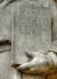 Dichte omhooggaand van het standbeeld op boekdekking Royalty-vrije Stock Foto's