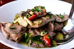 Dichte omhooggaand van lamskoteletten met knoflook en Spaanse pepers stock foto's