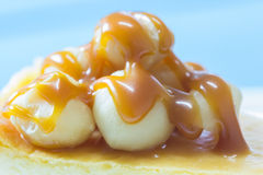 Dichte omhooggaand van macadamia bovenste laagje met karamel Stock Afbeelding