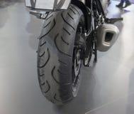 Dichte omhooggaand van motorfiets achterwiel Royalty-vrije Stock Fotografie