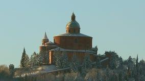 Dichte omhooggaand van San Luca met sneeuw