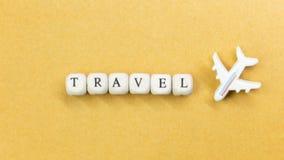 Dichte omhooggaande beeld van de reis het houten kubus voor reisinhoud stock afbeeldingen