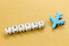 Dichte omhooggaande beeld van de reis het houten kubus voor reisinhoud stock afbeelding