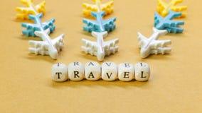 Dichte omhooggaande beeld van de reis het houten kubus voor reisinhoud royalty-vrije stock afbeeldingen