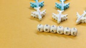 Dichte omhooggaande beeld van de reis het houten kubus voor reisinhoud royalty-vrije stock foto