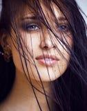 Dichte omhooggaande, echte kuuroord van de schoonheids het jonge donkerbruine droevige vrouw Royalty-vrije Stock Fotografie