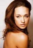 Dichte omhooggaande, echte kuuroord van de schoonheids het jonge donkerbruine droevige vrouw Stock Foto