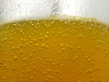 Dichte Omhooggaande, verse gele bel als achtergrond van gelaten vallen vitamine C in water bij glas stock foto's