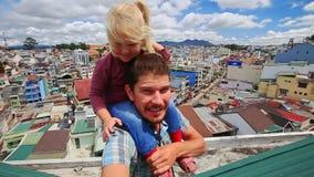 Dichte Vader Little Girl op Schoudersmoeder op Dak in Stad stock video