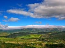 Dichte weiße Wolken auf den Bergen Stockfoto