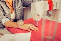 Dichter bekijk ontwerpershanden makend een kleding stock foto's