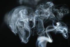 Dichter blauer Rauch des Geheimnisses über dunklem Hintergrund Stockfotografie