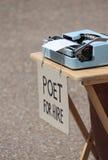 Dichter für Miete mit Schreibmaschine Stockfoto