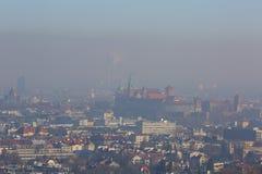 Dichter Smog über der Stadt, Luftschadstoff, Vogelperspektive der alten Stadt Krakau, Wawel-Schloss, Polen lizenzfreie stockfotos