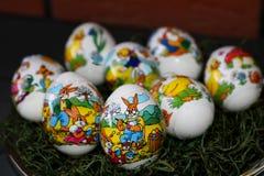 Dichtere mening over een paasei met Pasen-konijntje het schilderen eieren met een bakstenen muur op de achtergrond stock afbeelding