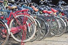 Dichtes Fahrradparken in Amsterdam, die Niederlande stockbild