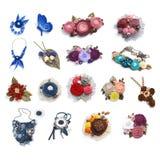 Diciassette fibule fatte a mano femminili delle decorazioni, pendenti, collana fatta dai tessuti differenti su un fondo bianco immagine stock