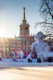 diciembre de 2015 2017: Edificio de la administración de la ciudad de Ekaterimburgo y una parte de la ciudad del hielo Imágenes de archivo libres de regalías