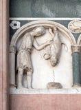 Diciembre, detalle del bajo-alivio que representa el trabajo de los meses del año, catedral en Lucca, Italia Imagenes de archivo