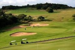 diciottesimi Verde mettente del foro sul terreno da golf con i carrelli di golf immagine stock libera da diritti