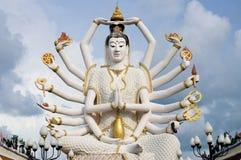 Diciotto braccia Buddha sopra cielo blu Immagini Stock Libere da Diritti