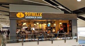 Dickbauch-Sandwich-Shop in Detroit-Flughafen stockbild