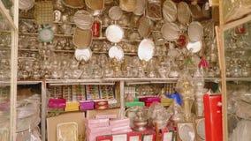 Dicke Kupferbleche im Marktgesch?ft in Marocco stock video