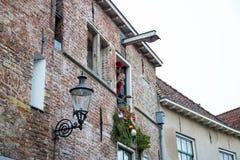 Dickens festiwalu kolęda kobieta wiesza z okno Obrazy Stock