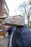 Dickens festiwalu mężczyzna z rozbiórkowi hammerChristmas kolędowi Fotografia Stock
