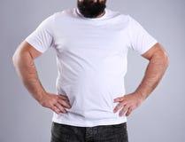 Dicker Mann auf grauem Hintergrund, Nahaufnahme stockfoto