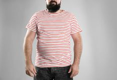 Dicker Mann auf grauem Hintergrund, Nahaufnahme lizenzfreies stockbild